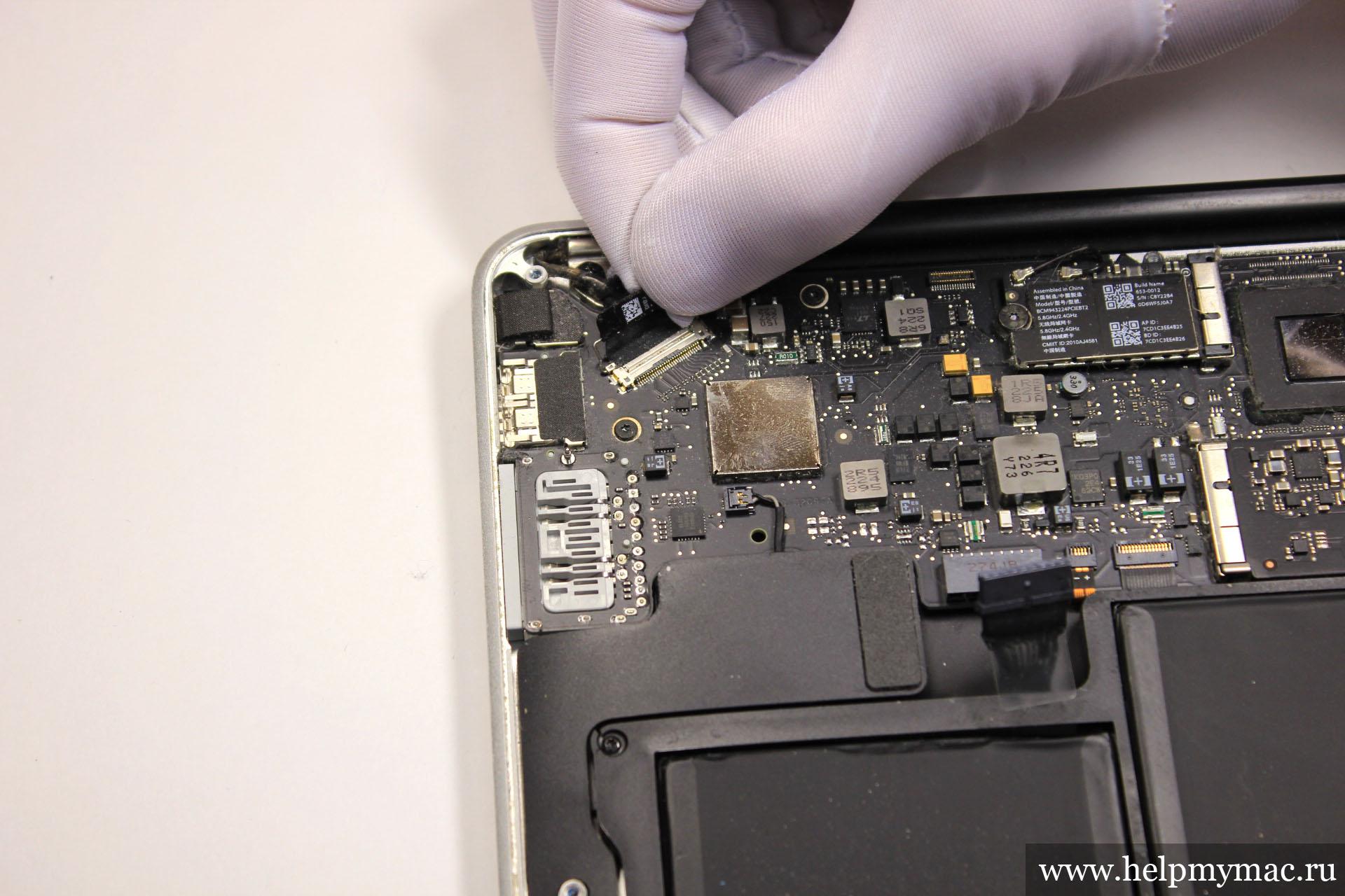 Отключаем кабель LVDS MacBook Air