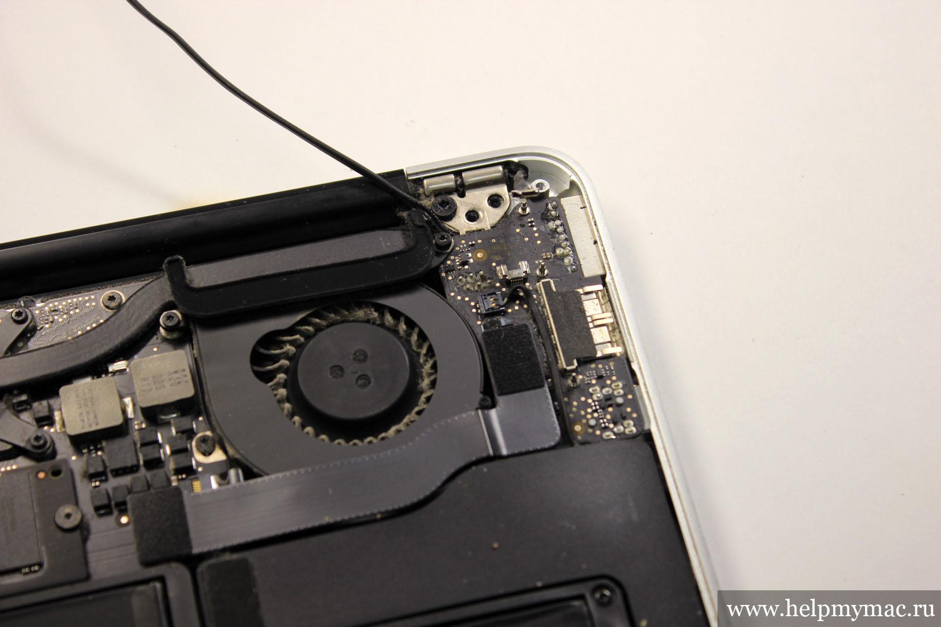 И с другой стороны откручиваем два винта крепящих петли крышки MacBook Air